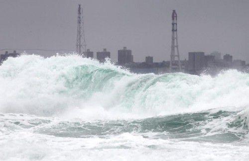 Der Taifun sorgt für hohe Wellen und heftige Regenfälle. Foto: EPA