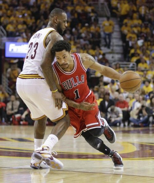 Derrick Rose setzt sich gegen LeBron James durch. Foto: epa