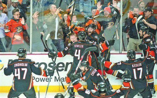Die Anaheim Ducks feiern nach dem Sieg in der Verlängerung. ap