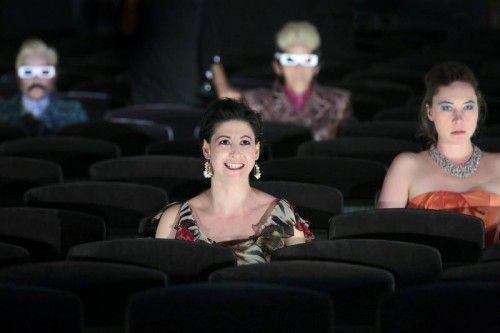 Die Bühne wird zum Zuschauerraum, der Zuschauerraum zur Bühne: Eine aufregende, musikalische Exkursion durch den fremd-vertrauten Kontinent der Liebe beginnt. foto: Anja Köhler/vlbg. Landestheater