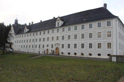 Die VS St. Peter ist auf der rechten Seite des Klosters untergebracht.  Foto: VN/js