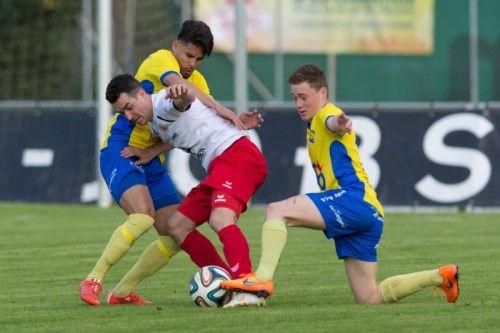 Dornbirns Aaron Kircher wird gleich von zwei Emser Spielern in die Zange genommen. Foto: Stiplovsek