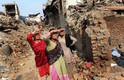 Drei Frauen stehen neben den Trümmern ihrer Häuser in der Stadt  Bhaktapur.  Foto: EPA