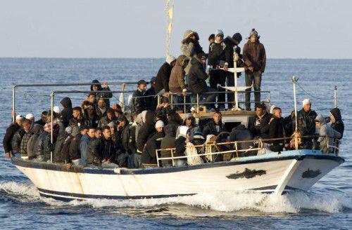 Ein alltäglicher Anblick: Bootsflüchtlinge aus Libyen steuern auf Lampedusa zu. Die EU will nun militärisch gegen Schlepper vorgehen. FOTO: AP
