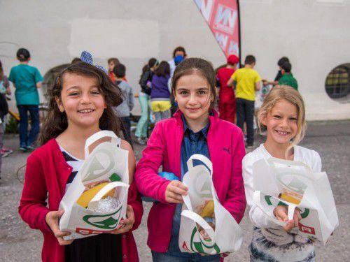 Ein gesunder Snack zwischendurch ist ganz im Sinne von Feyzanur, Ercin und Leonie. Insgesamt wurden520 Jausensäckle verteilt. Foto: Lerch