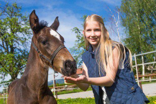Eine tierisch gute Freundschaft: Täufling Coletto und Patin Selina.  Foto: VN/Steurer
