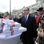 Militärmusik bläst Verteidigungsminister den Marsch