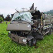 Fünf Soldaten bei einer frontalen Kollision mit Lastwagen verletzt