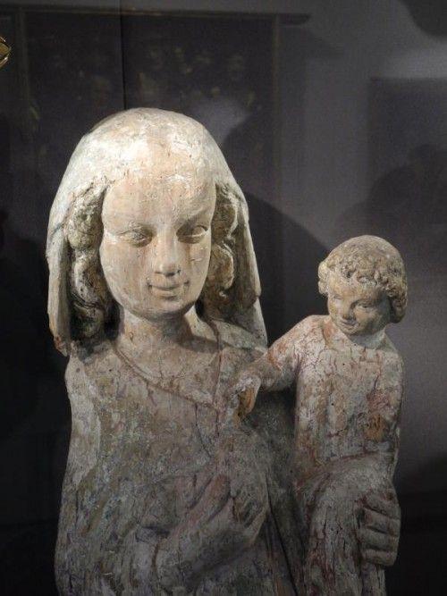 Geheimnisvoll lächelnd wie der berühmte Engel von Reims: Madonna aus dem 14. Jahrhundert aus Konstanz.  Fotos: VN/Dietrich