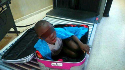 Grenzbeamte hatten das Kind in einem Koffer entdeckt.  Rts