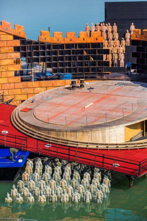 Im Wasser und auf der Chinesischen Mauer: Terrakotta-Armee auf der Bregenzer Seebühne. Fotos: VN/Steurer, BF/Forster