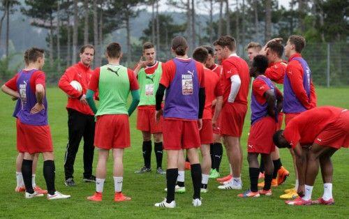 Konditionstrainer Bernhard Seebacher (mit Ball) hat das Team körperlich in Schuss gebracht. Foto: gepa