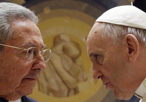 Kubas Präsident Raul Castro (83, l.) traf am Sonntag Papst Franziskus (78) zu einer privaten Audienz im Vatikan. FOTO: EPA