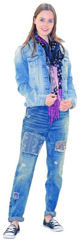 Lässig: Natalie in einem Outfit von Tom Tailor Denim im Zimbapark Bludenz: Jeansjacke, 69,99 €, Tuch, 25,99 €, Boyfriend-Jeans, 79,99 €. FOTO: PAULITSCH