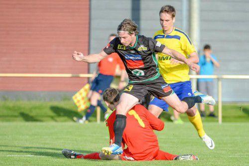 Lauterachs Sem Kloser gegen Wolfurt-Goalie Laurin Godula. Foto: Lerch