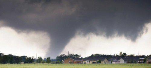 Mehrere Tornados haben in den US-Staaten Oklahoma, Kansas und Nebraska Häuser zerstört und Autos durch die Luft gewirbelt. Foto: AP