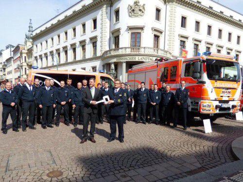 Oberbürgermeister Sven Gerich (l.) überreichte Feuerwehr-Chef Harald Müller symbolisch einen Schüssel für die Fahrzeuge. FW Wiedsbaden
