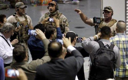 Polizeioffiziere beruhigen Besucher des Karikaturen-Wettbewerbs, nachdem vor dem Gebäude Schüsse fielen.  Foto: Reuters
