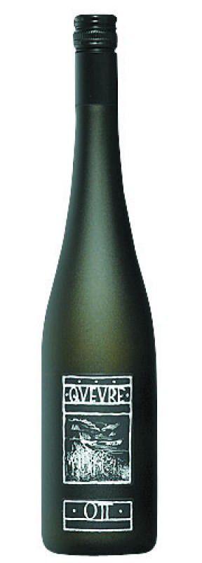 """Qvevre 2013, Weingut Ott: Weil Bernhard Ott im konventionellen Weinbau keine Qualitätssteigerung mehr erreichen konnte, stellte er den Betrieb um. """"Qvevre"""" ist aus dem Bewusstsein entstanden, dass der Winzer mehr Einfluss auf den Weinstil einer Region ausübt, als der Boden. Die Herstellung in Qvevris bietet Ott die Möglichkeit, terroirtypische Grüne Veltliner zu erzeugen. Der Wein zeigt sich würzig und intensiv pfeffrig, mit vielschichtigen Aromen am Gaumen, von Wacholder über grünen Pfeffer, Mandeln und Melone. Gesehen bei: Döllerers Weinhandelshaus 48,20 Euro"""