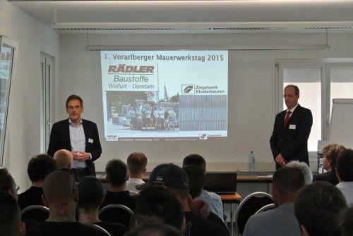 Rädler-Chef Reinhard Lutz (li) begrüßte zahlreiche Fachleute zum Vortrag von Architekt Thomas Barth (re.) über die neue Ziegel-Generation.