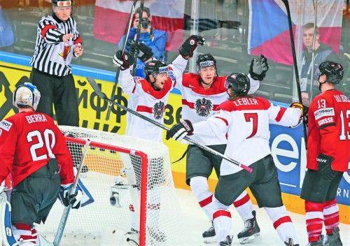 Raphael Herburger, Michael Raffl und Brian Lebler jubeln über den 2:2-Ausgleich gegen die Schweiz. Foto: GEPA