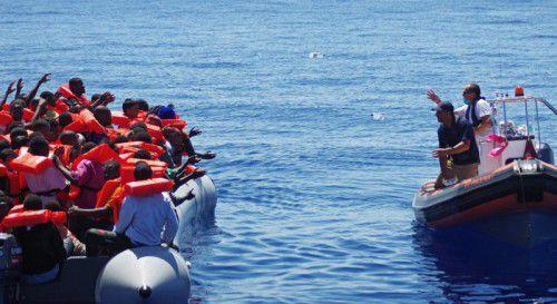 Rettungskräfte im Mittelmeer nähern sich Bootsflüchtlingen. Ähnliche Szenen spielen sich immer öfter auch vor Indonesiens Küsten ab.  FOTO: EPA