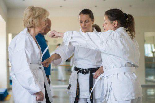 Schlagkräftige Karatekas: Eva Kathrein (M.) zeigt den Damen geduldig, wie es richtig gemacht wird.