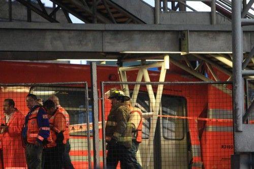 Sicherheitsleute untersuchen die Unfallstelle.  Foto: EPA