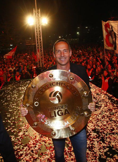 Stolz hält Salzburg-Coach Adi Hütter die Meisterschale in der Hand. Für den 45-jährigen Altacher ist es der erste Titel in der Bundesliga. gepa