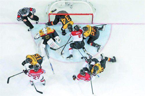 Thomas Hundertpfund, Thomas Raffl und Manuel Latusa setzen Deutschland unter Druck. Österreichs Eishockey-Nationalteam dominierte über weite Strecken das WM-Duell gegen den Nachbarn. Foto: Reuters