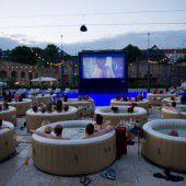 Entspannter Kinoabend im Whirlpool