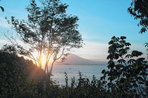 Wunderbarer Ausblick auf die Lembeh Strait und einen der vielen Vulkane. Fotos: beate Rhomberg (7)