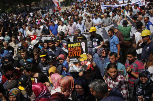 Zahlreiche Menschen haben sich bereits im Vorfeld des Jahrestages versammelt, um der Todesopfer von Soma zu gedenken.  Foto: AP
