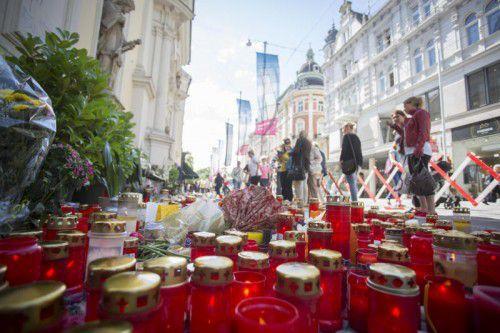 ABD0099_20150622 - GRAZ - ÖSTERREICH: ZU APA0232 VOM 22.6.2015 - Ein Lichtermeer am Montag, 22. Juni 2015, in Graz. Zwei Tage nach der verheerenden Amokfahrt in Graz, die drei Tote und 34 Verletzte gefordert hat, herrschte am Montag, 22. Juni 2015, in der Innenstadt große Anteilnahme. - FOTO: APA/ERWIN SCHERIAU