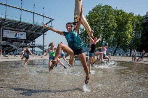 """Das Junge Tanzensemble Vorarlberg bei den Proben zum """"Global Water Dance"""" vor dem Festspielhaus.  Foto: Lerch"""
