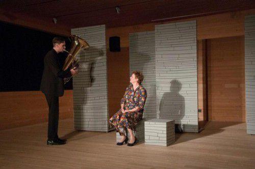 """Das Stück """"Das Dach über mir"""" wurde gestern Abend in Hittisau von Helga Pedross und Johannes Bär uraufgeführt. Foto: Ingrid Delacher"""