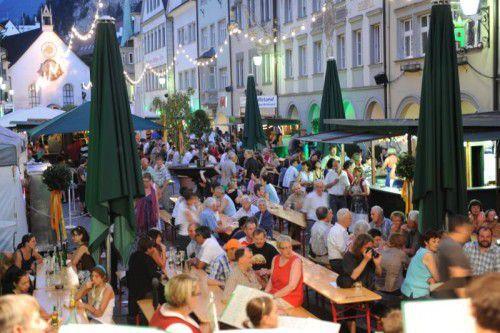 Das Weinfest in der Feldkircher Innenstadt hat Tradition. Gute Tropfen und Livemusik sowie Kulinarik sorgen für ein gemütliches Sommerwochenende. foto: feldkirch tourismus/a. Ess