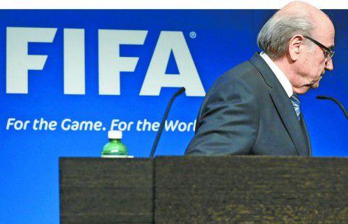 "Der Abgang des ""Sonnenkönigs"": FIFA-Präsident Joseph S. Blatter tritt nach all den Korruptionsvorwürfen gegen hochrangige FIFA-Funktionäre zurück. Foto: ap"