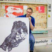 Dinoschädel in riesiges Röntgengerät gesteckt