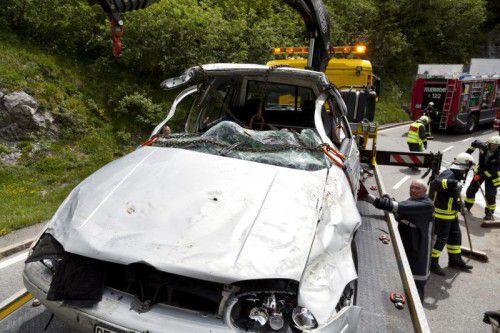 Der total beschädigte Pkw bei der Bergung. Foto: mathis
