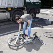 Radfahrerin von Lkw überrollt und getötet