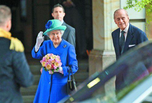 Die Monarchin reiste in Königsblau an, vor dem Hotel Adlon warten Hunderte Neugierige auf die royalen Gäste. Foto: Epa