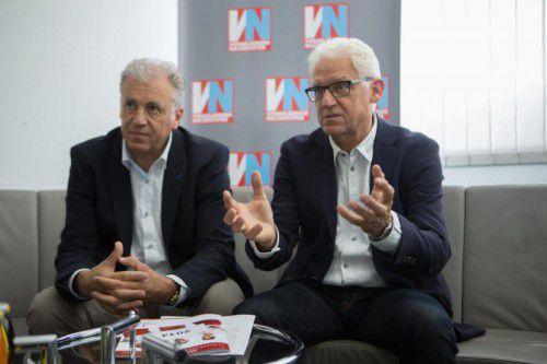 Die Rotkreuz-Führung mit Ludwig Summer (r.) und Roland Gozzi sorgt sich um die Ehrenamtlichen.  Foto: VN/KH