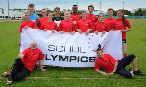 Die siegreichen Mädchen und Burschen des Sportgymnasiums Dornbirn beim Leichtathletik-Schulcup mit ihren Betreuern Wolfgang Berchtold (vorne links) und Thomas Stockklauser (r.). Foto: privat