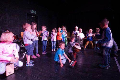 Eine Bühne voller engagierter und begeisterter Kinder erwartet die Besucher heute Nachmittag im TiK. Fotos: VN/Hartinger