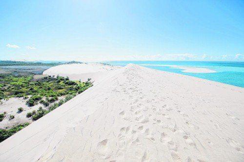 Eine riesige weiße Sanddüne bietet auf der größten Insel des Archipels einen spektakulären Ausblick auf Land und Meer.