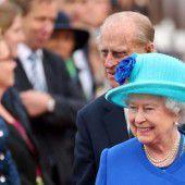 Roter Teppich und königsblauer Mantel: Die Queen ist da
