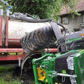 Traktor rammte Auto
