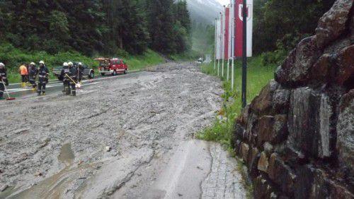 Für die Dauer der Aufräumungsarbeiten musste die Silvretta-Hochalpenstraße zeitweise komplett für den Verkehr gesperrt werden.  Foto: Polizei