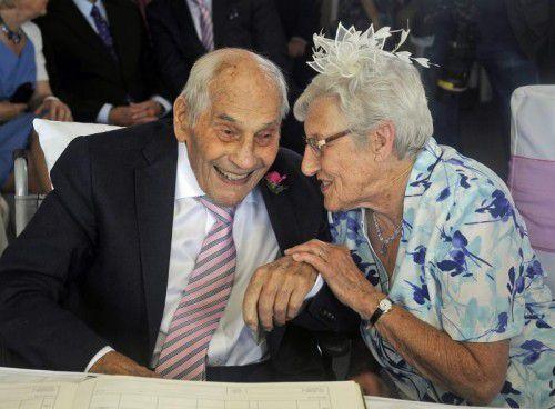 Gemeinsam sind sie 194 Jahre alt: George Kirby und Doreen Luckie sind seit 27 Jahren ein Paar. Jetzt haben sie geheiratet.  Foto: EPA